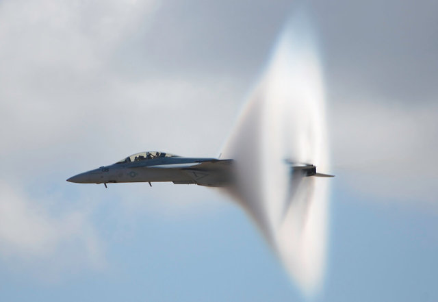 Воздух движется из области пониженного давления в область повышенного давления