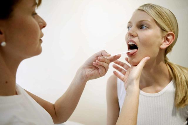 Как избавиться от соплей в горле в домашних условиях у взрослого?