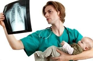 Как помочь грудничку при кашле?