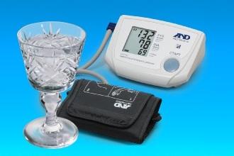 Что лучше пить при повышенном давлении коньяк или водку?