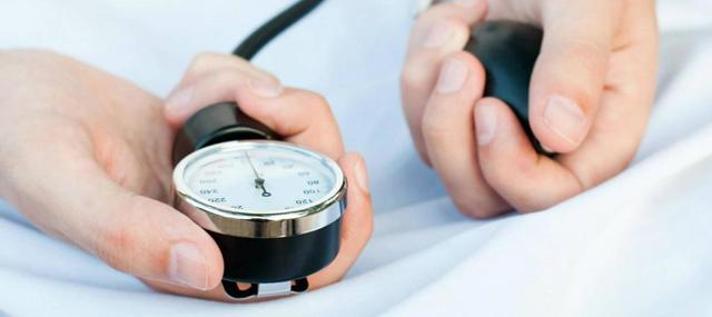 Болит голова при пониженном или повышенном давлении